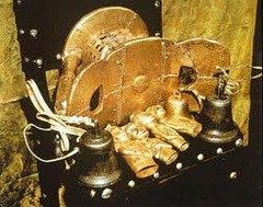 Sika dwa kofi. Ashanti peoples. 1700 ce. gold over wood and cast gold attachments